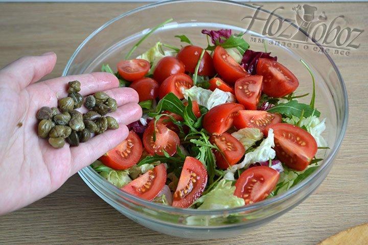Каперсы добавляем в миску с салатом.