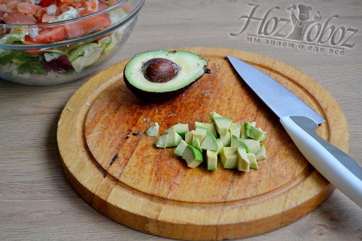 Авокадо нарезаем кубиками и кладем в салат.