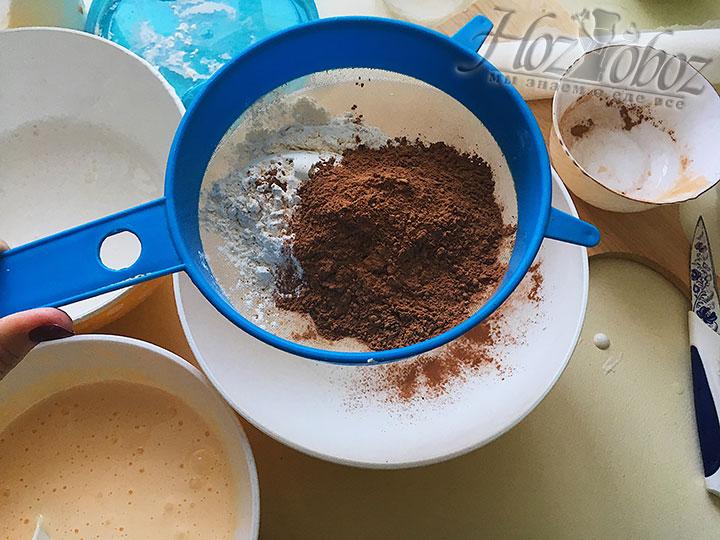 Просеиваем муку с какао.