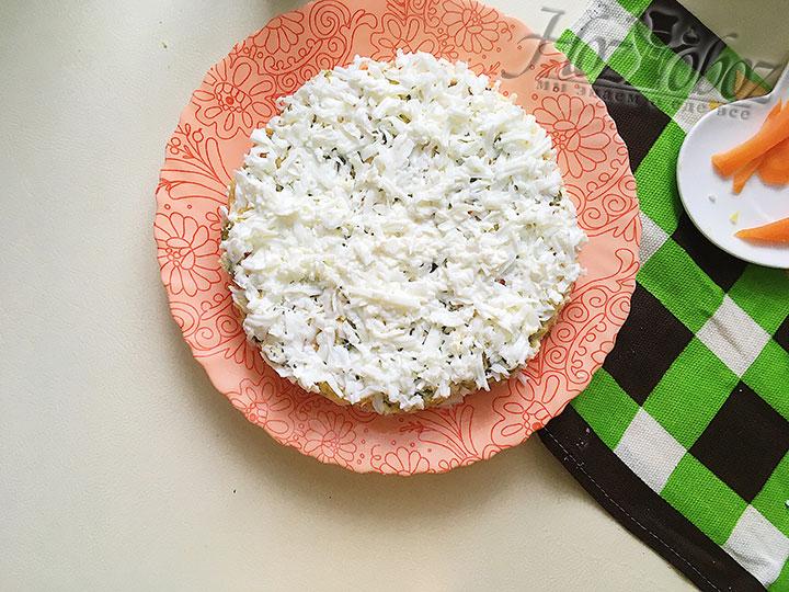 Покрываем салат тертыми белками.