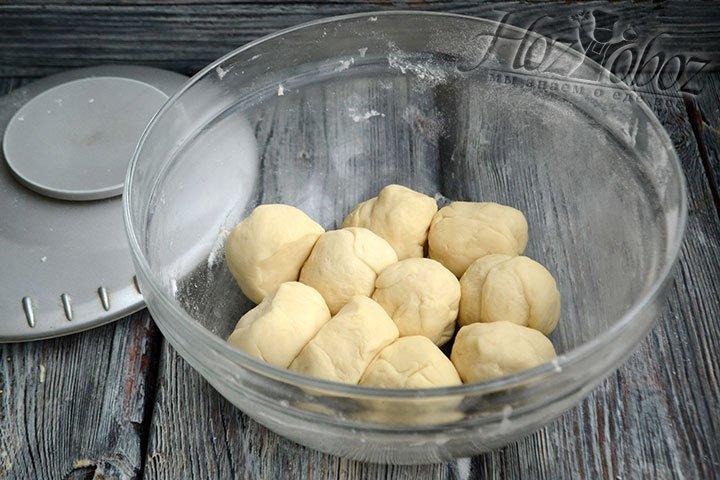 Удобно использовать кухонные весы, тогда наши пампушки получатся одинаково красивыми и ровными.