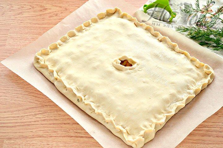 Защипываем края пирога.