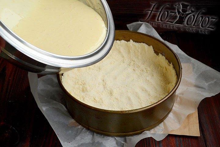 Формируем из 2/3 части теста основу и бортики пирога высотой примерно 2 см, выливаем начинку.