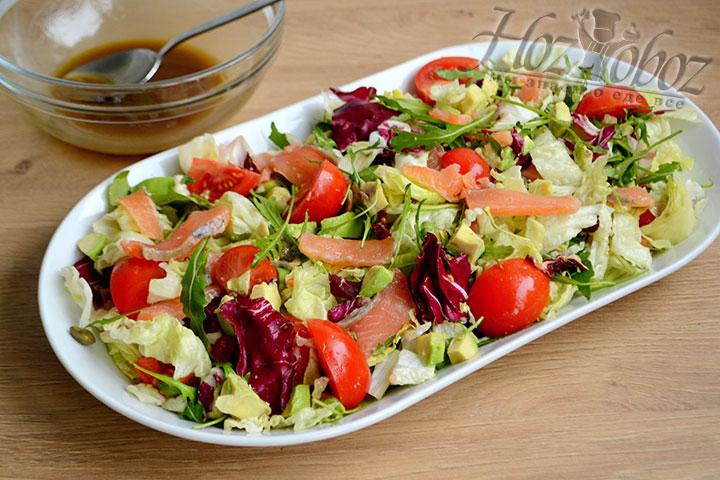 Заправку смешиваем с салатом.