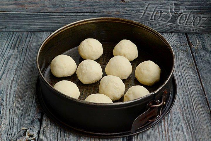 В смазанную маслом форму укладываем пампушки на расстоянии друг от друга и ставим в тепло на 30-40 минут.