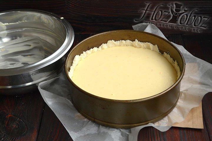 Жидкая начинка идеально выровняла поверхность пирога.