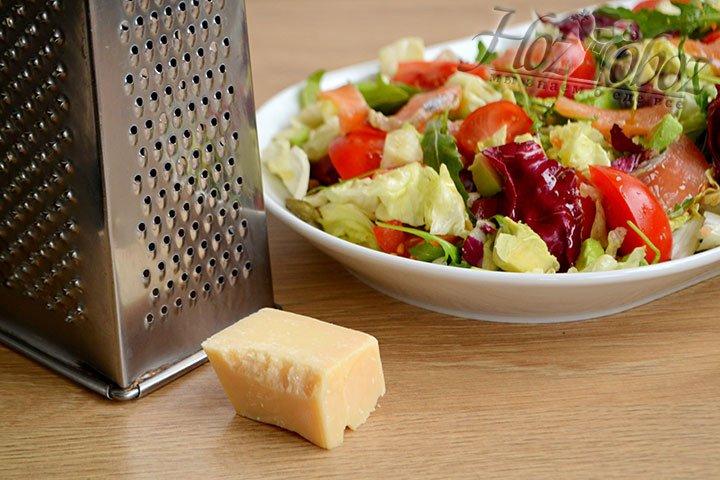 Пармезан натираем на терке и посыпаем им поверхность салата.