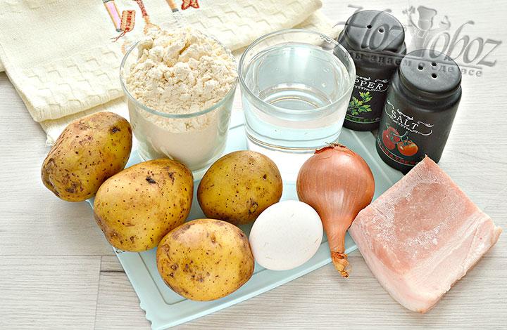 Подготавливаем продукты для вареников.