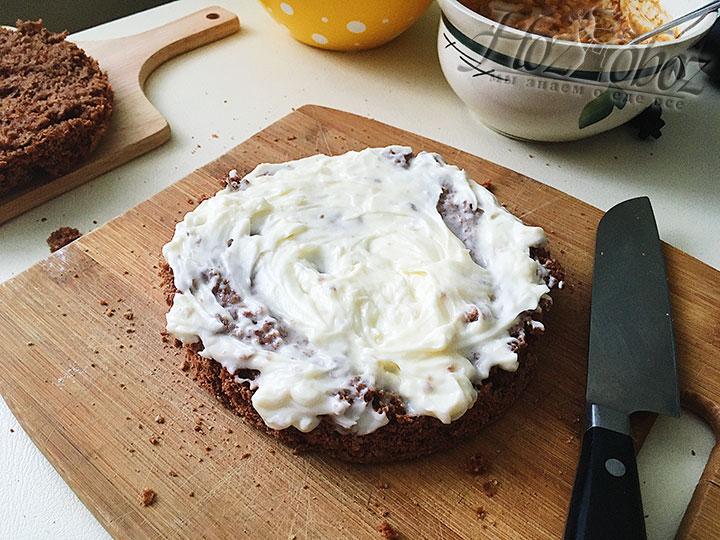 Часть масляного крема выкладываем на корж.