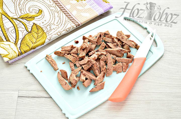 Измельчаем печень в форме бруска или толстой соломки.
