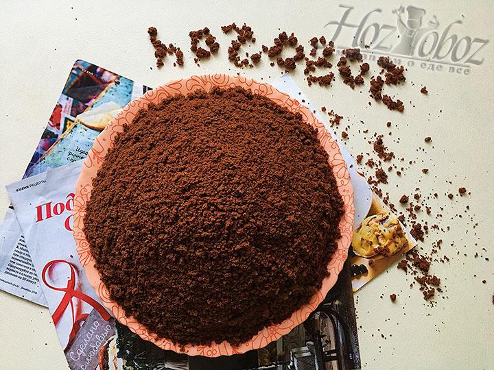 Посыпаем творожную горку шоколадной крошкой.