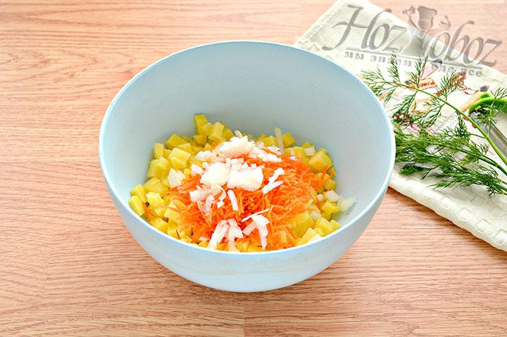 Трём морковь и режем лук.