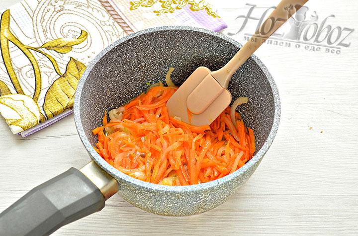 Обжариваем морковку с луком.