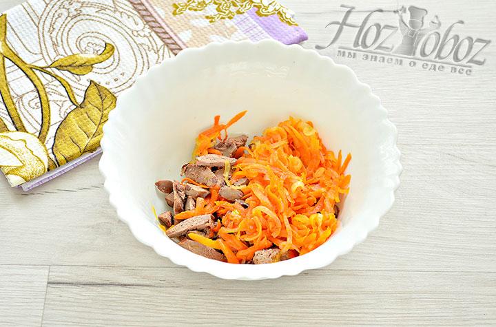 Добавляем пассированную морковку с луком к печени.