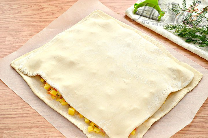 Раскатываем 2 пласт - это верх пирога.