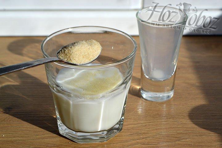Соединяем в глубокой емкости воду, молоко и желатин, оставляем для набухания желатина.