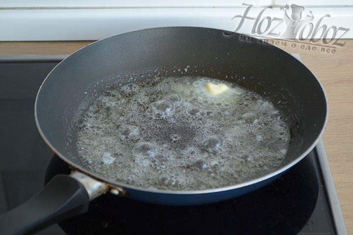 Нарезанный лук помещаем на разогретую сковороду со смесью растительного и сливочного масла.