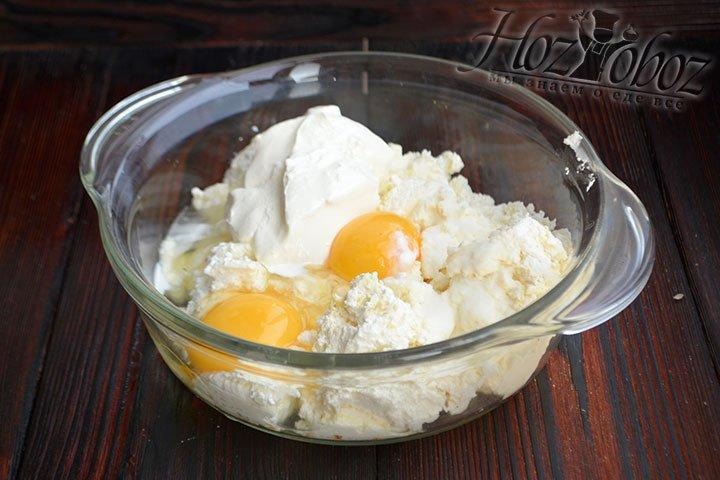 Соду, соль и жирную сметану также добавляем к творогу.