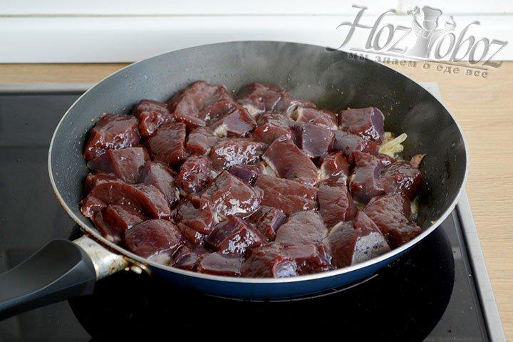 Добавляем в сковороду говяжью печень, обжариваем вместе с луком, периодически помешивая.