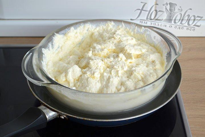 Ставим кастрюлю с творогом в сковороду с холодной водой так, чтобы вода доходила до середины.