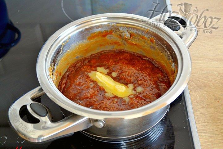 Выключаем огонь, добавляем масло и вмешиваем в массу из сахара и молока.