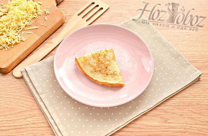 Заворачиваем сырную начинку в блин.
