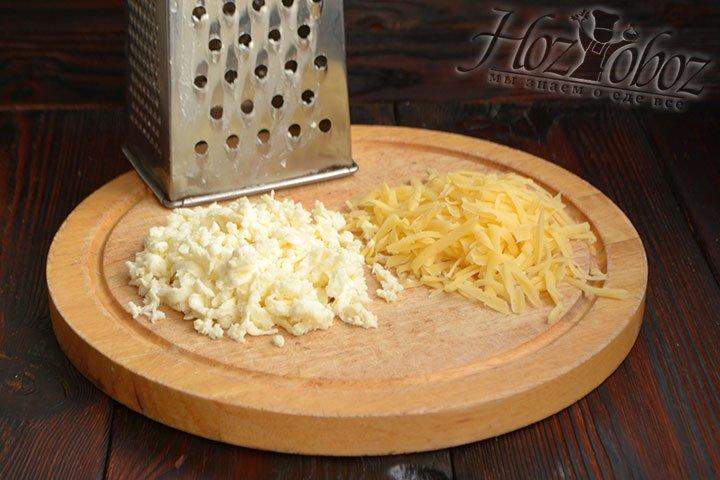 Измельчаем на крупной терке оба вида сыра.
