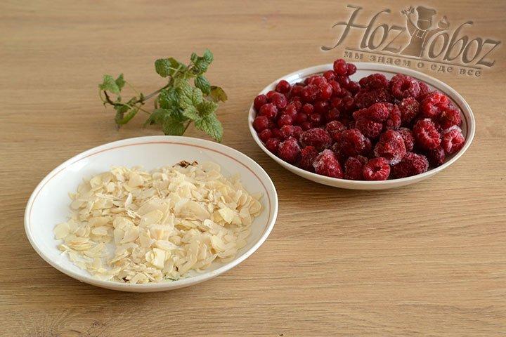 Подготавливаем украшение для торта – миндальные хлопья, замороженную малину, смородину и листочки мяты.