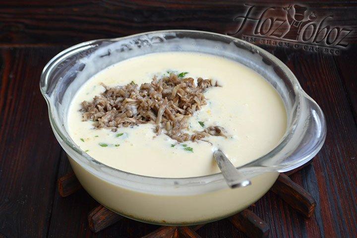 Грибы также перекладываем в кастрюлю к сыру.