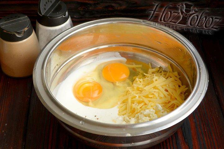 Готовим заливку из яиц, кефира, сыра, добавляем соль и смесь перцев по вкусу.