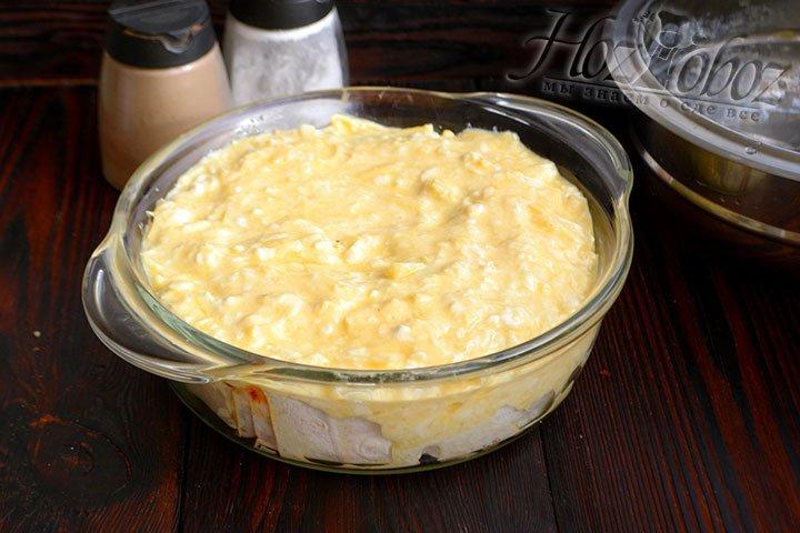 Заливаем пирог заливкой, ставим форму в разогретый до 200 градусов духовый шкаф на 25-30 минут.