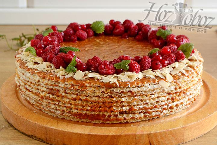 Украшаем поверхность тортика смородиной, малиной и листиками мяты.