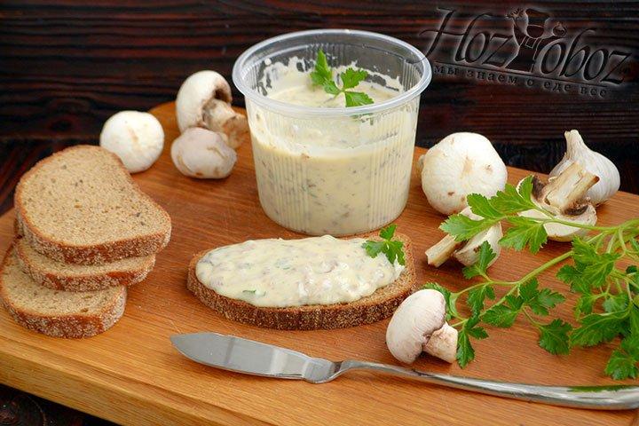 Ржаной хлеб хорошо сочетается по вкусу с грибным плавленым сыром.