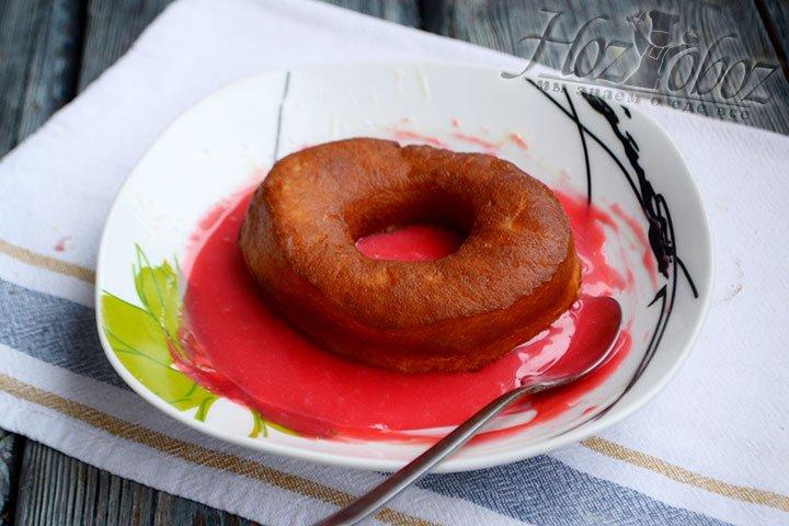 Одну сторону пончика покрываем глазурью, можно просто аккуратно окунуть донатс в тарелку.