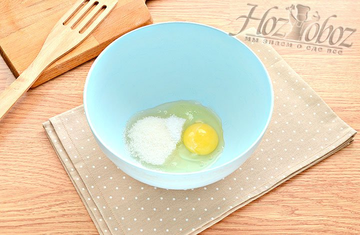 Соединяем яйцо с сахаром и солью.