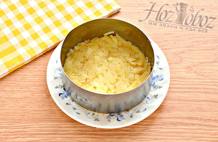 Первый слой – из натертой картошки.