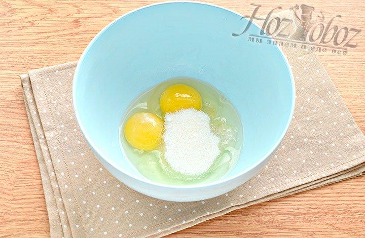 Соединяем яйцо с солью и сахаром.