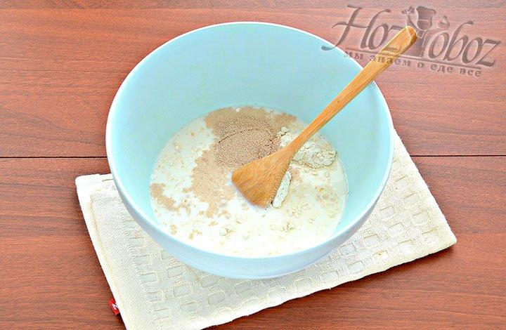Заливаем ингредиенты подогретым молоком.