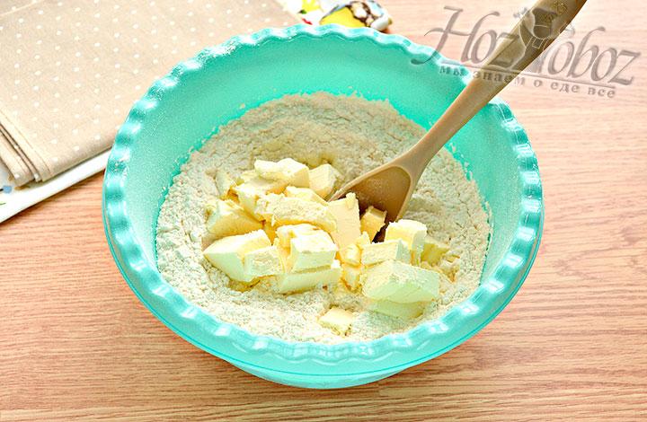 Дополняем муку кусочками холодного масла или маргарина.
