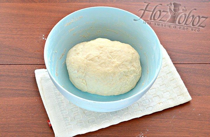 Месим тесто для пирога.