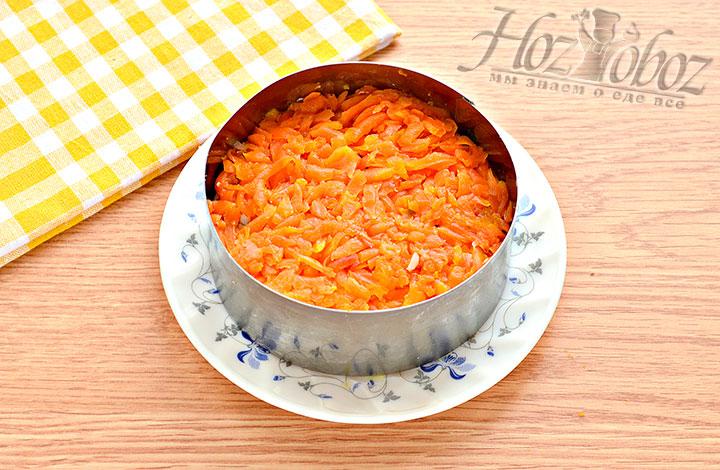 Делаем слой из измельченной морковки.