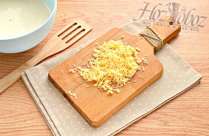 Измельчаем сыр.