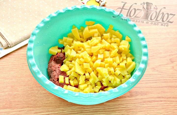 Готовим начинку: фарш дополняем измельченным картофелем.