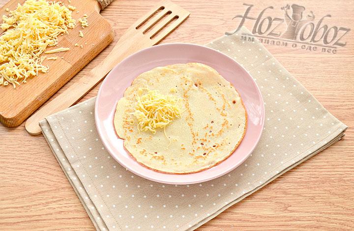 На блин выкладываем измельчённый сыр.